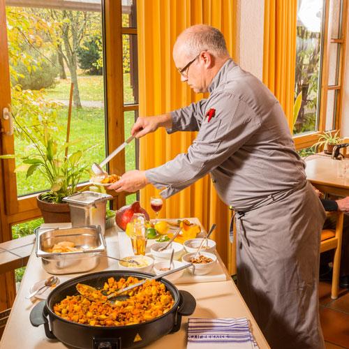 Koch beim Servieren
