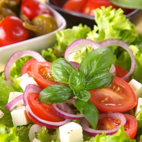 Frischer Salat mit Tomate und Basilikum
